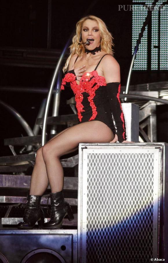 Justaucorps noir et dentelle pailletée orange fluo. Britney ose pour ses looks de scène.
