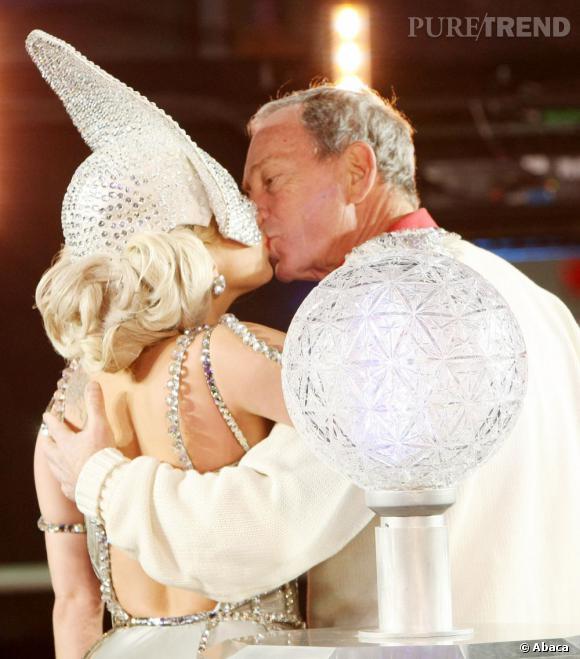 Lady Gaga  enflamme Times Square pour le nouvel an 2012  et en profite pour embrasser le maire de New York, Michael Bloomberg.