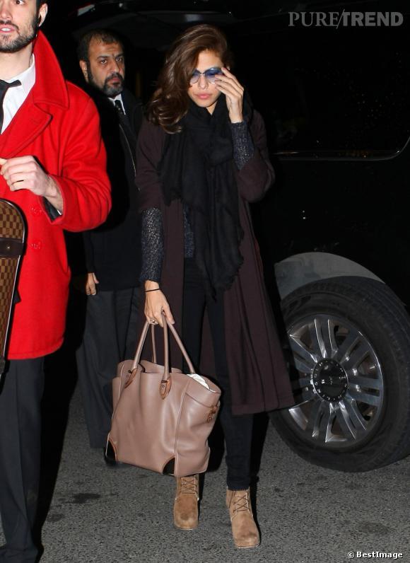 Eva Mendes très glamour à la sortie de son avion à New York