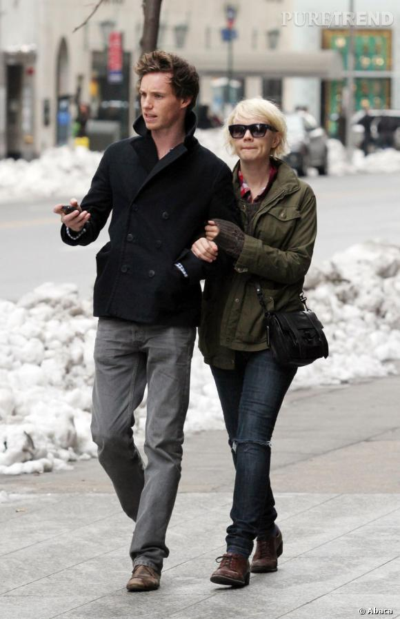 Et côté look ?  En parfait british, l'acteur fait attention à son look sans être m'as-tu-vu. Chaussures en cuir, jean ajusté et veste bien coupée, il a tout bon.