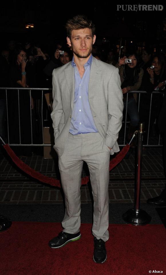 """Nom  : Alex Pettyfer    CV  : Acteur britannique, c'est aux Etats-Unis qu'il a décidé de faire carrière. Après """"Alex Rider"""" et """"Sortilège"""", il s'attaque à Hollywood dans """"Time Out"""" aux côtés de Justin Timberlake. En 2012 on l'attend dans """"Magic Mike""""avec Channing Tatum, Matthew McConaughey ainsi queMatthew Bomer. Il sera également à l'affiche du prochain film de James Cameron."""
