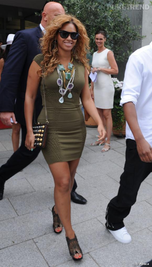 Tenue kaki pour se camoufler ? Rien de moins sûr pour Beyoncé qui se fait toujours remarquer avec des streetstyles époustouflants.