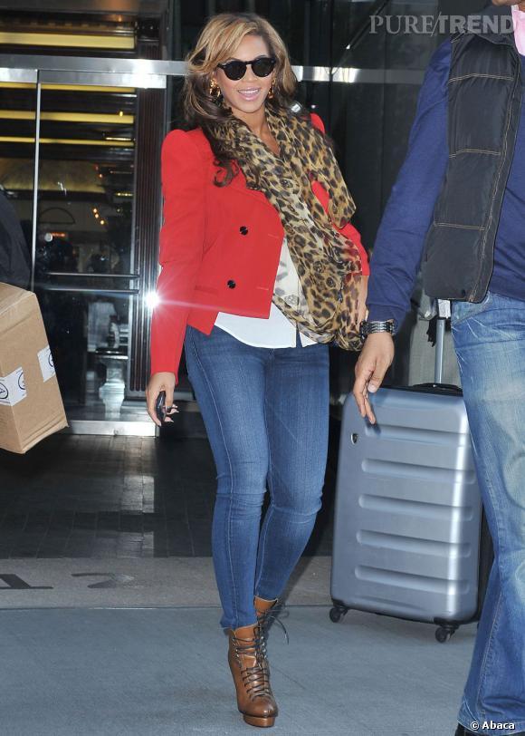 Le foulard léopard, c'est l'accessoire à shopper cette saison et Beyoncé l'a bien compris. Encore un streetstyle réussi !