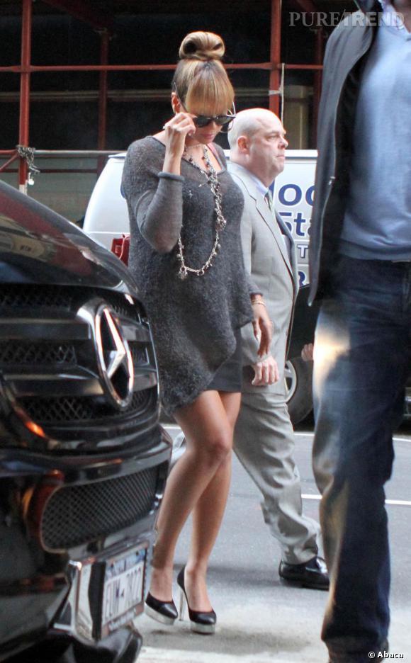 Robe pull grise et gros chignon, Beyoncé a tout bon pour ce streetstyle digne du red carpet.