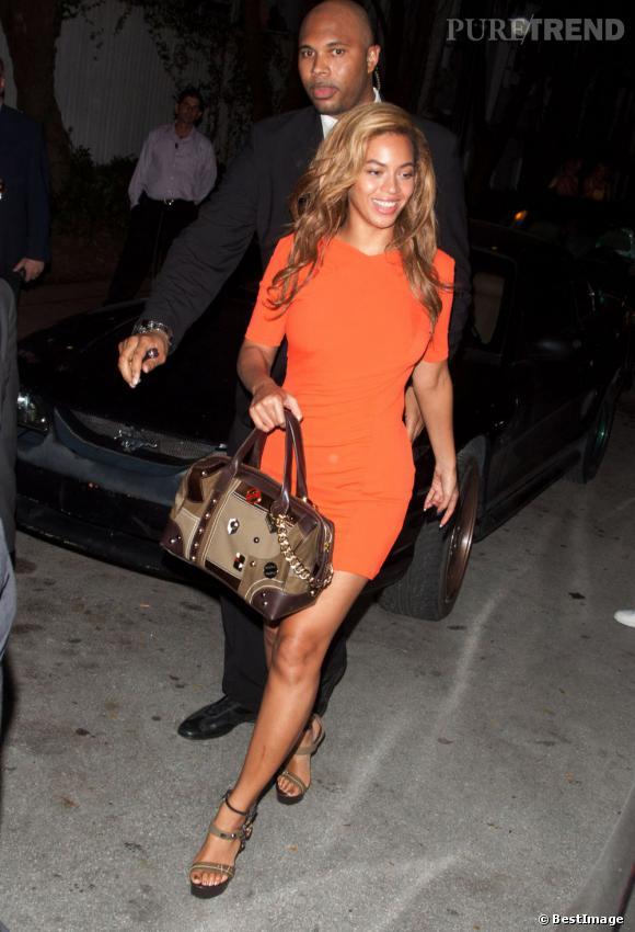 Beyoncé en orange flashy accorde ses chaussures et son sac tous les deux de chez Lorenzi pour une tenue très chic.