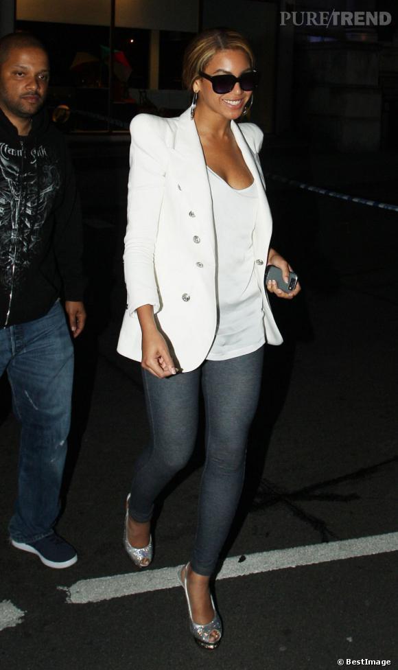 Avec cette veste à épaulettes blanches et ce jean slim, Beyoncé a la classe.