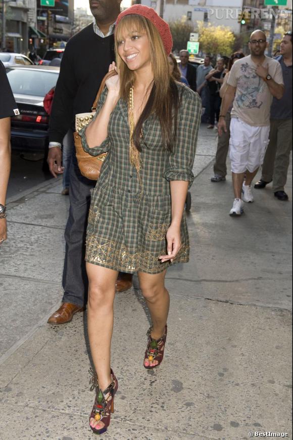 Cheveux lissés et béret, on adore ce streetstyle un peu bohème de Beyoncé.
