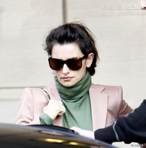 Penelope Cruz sort de son hotel le Berkeley à Londres.