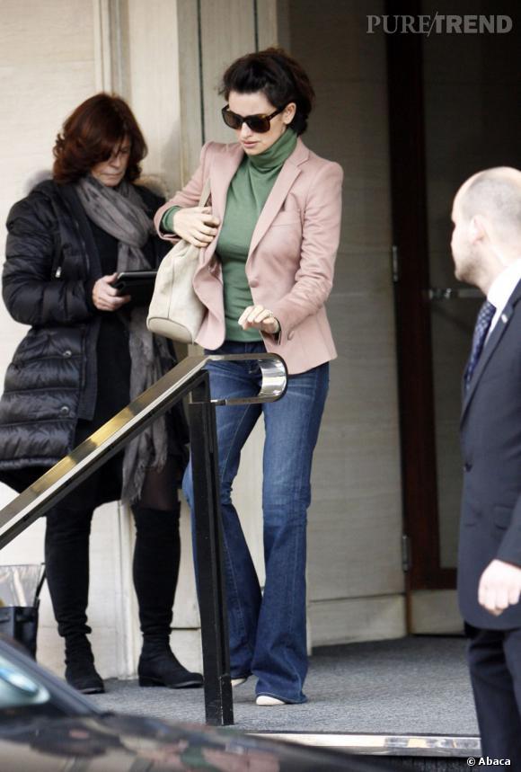 Penelope Cruz rattrape tout de même son association douteuse en adoptant un pantalon en jean flare.