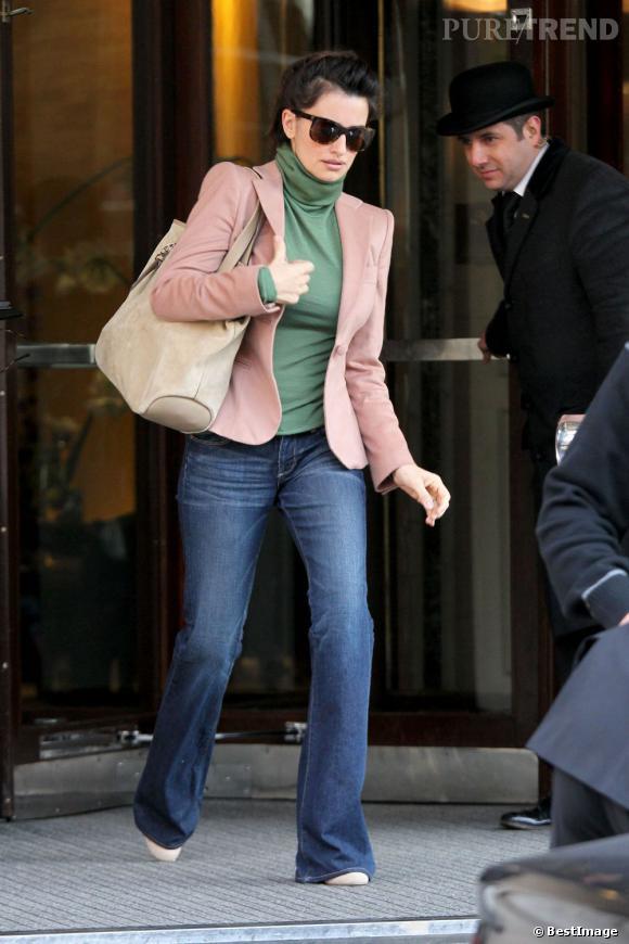 Penelope Cruz ose l'association qui tue : un col roulé vert et une veste rose.