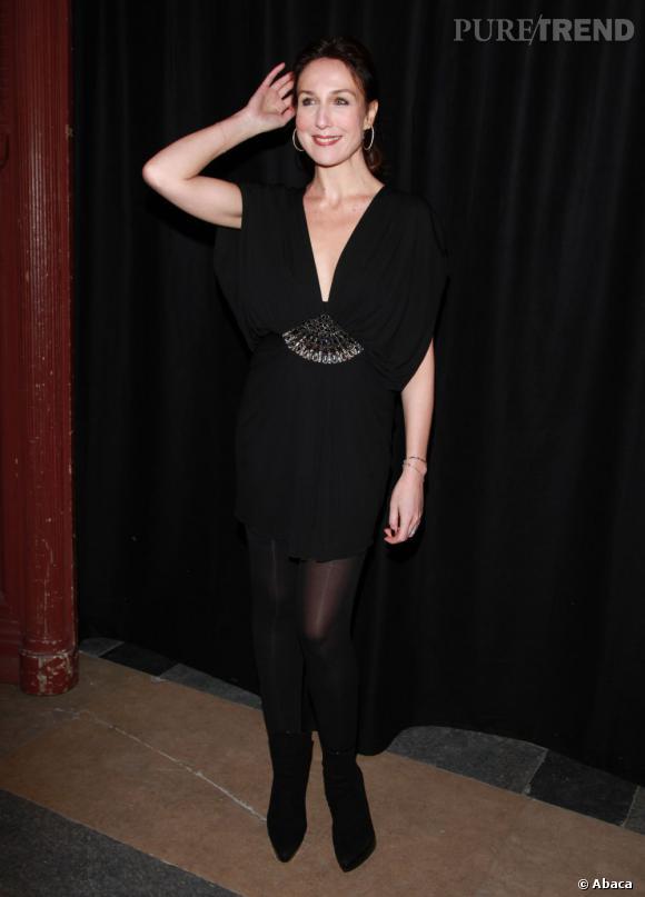 Elsa Zylberstein mise sur une petite robe noire pour flatter sa jolie silhouette.