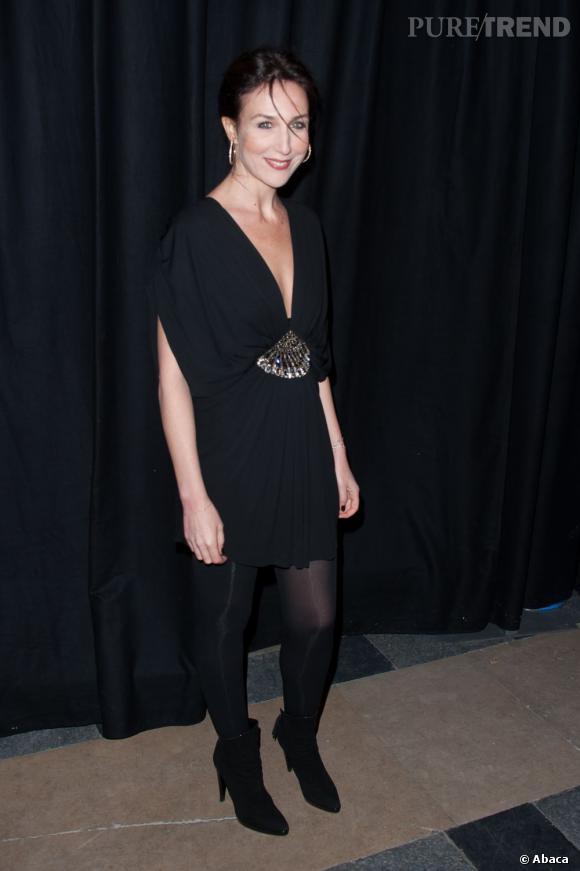 Elsa Zylberstein peaufine son look avec des bottines noires en daim.
