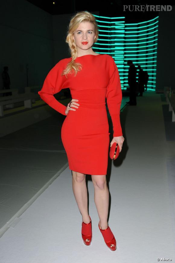 robe rouge fourreau avec manche longue et chaussures rouges