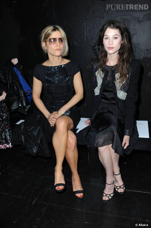 Accompagnée de Marina Foïs, le front-row parisien est très girly.