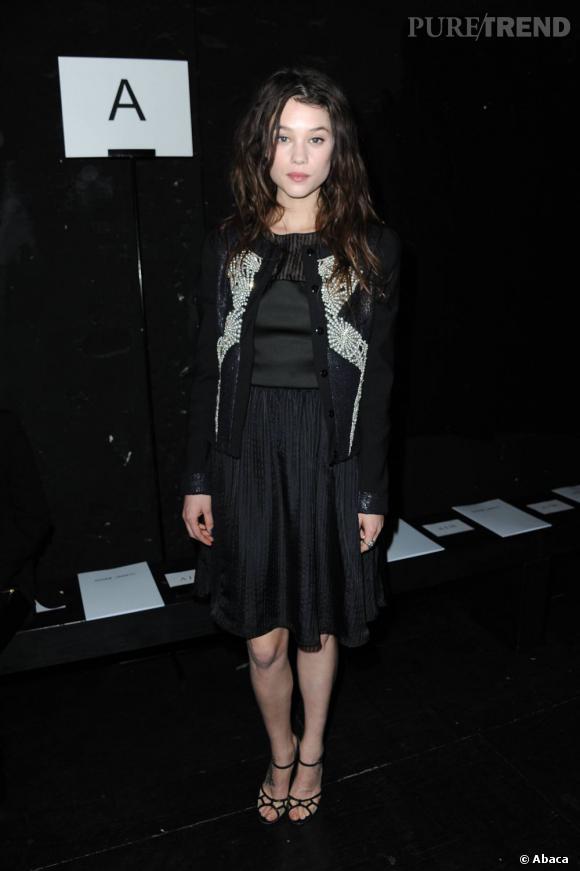 Avec sa veste Maxime Simoens, Astrid Bergès-Frisbey donne du style à sa tenue.
