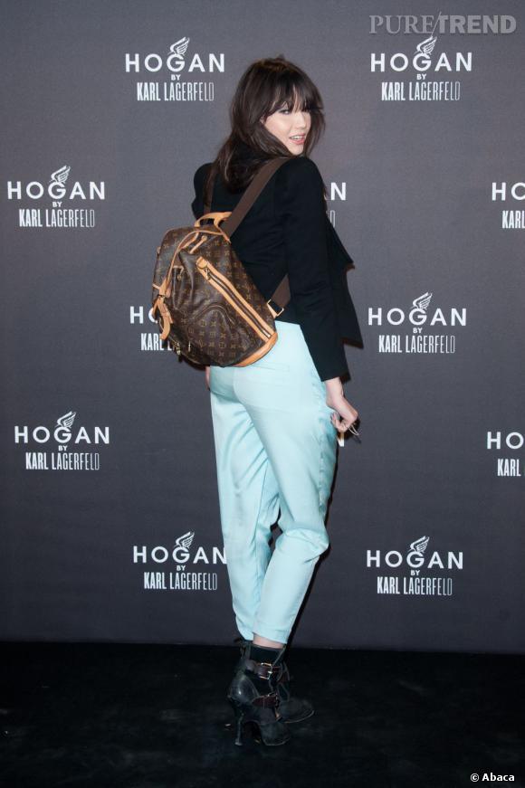 Les it-girls sont visiblement nostalgiques de leurs années Eastpack, sauf que désormais elles portent du Vuitton.