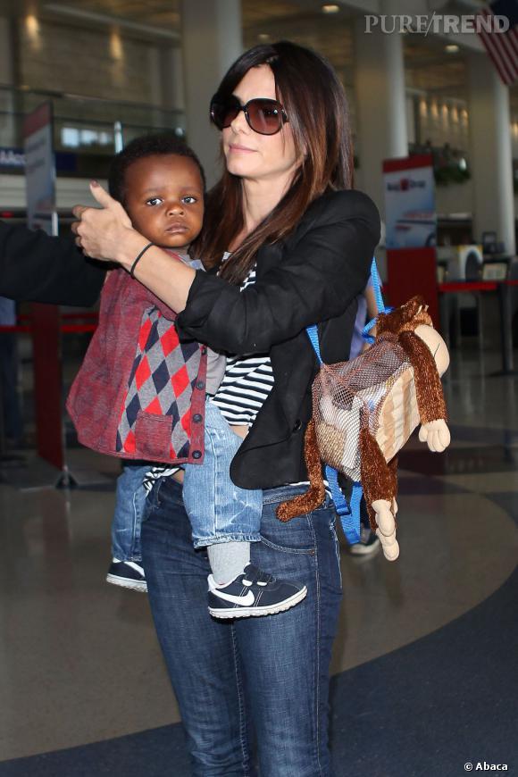 Depuis qu'elle pouponne, Sandra Bullock goûte au joies du sac à dos personnalisé. La classe !