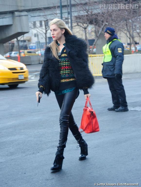 Leggings + veste en fourrure = l'équation rock et couture de la saison.  Le petit plus : un sac rouge vif, assorti au lipstick pour booster un total look noir.