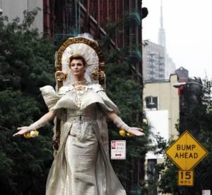 Un shooting peut être l'occasion d'un véritable petit spectacle. C'est le cas ici pour Linda Evangelista qui se transforme en Sainte en plein New York.