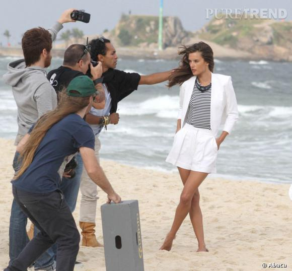 Les cheveux dans le vent d'Alessandra Ambrosio, c'est tout un travail.