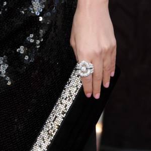 """Rose Byrne portait également la bague """"Nuage de Glace"""" en or blanc, sertie de diamants blancs, diamants noirs et de perles blanches de culture."""
