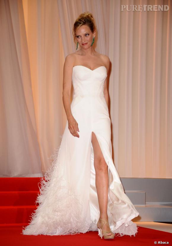 Le fendu :   Uma Thurman a des jambes de rêve et elle le sait. Ici en robe Versace, elle joue les cygnes blancs.