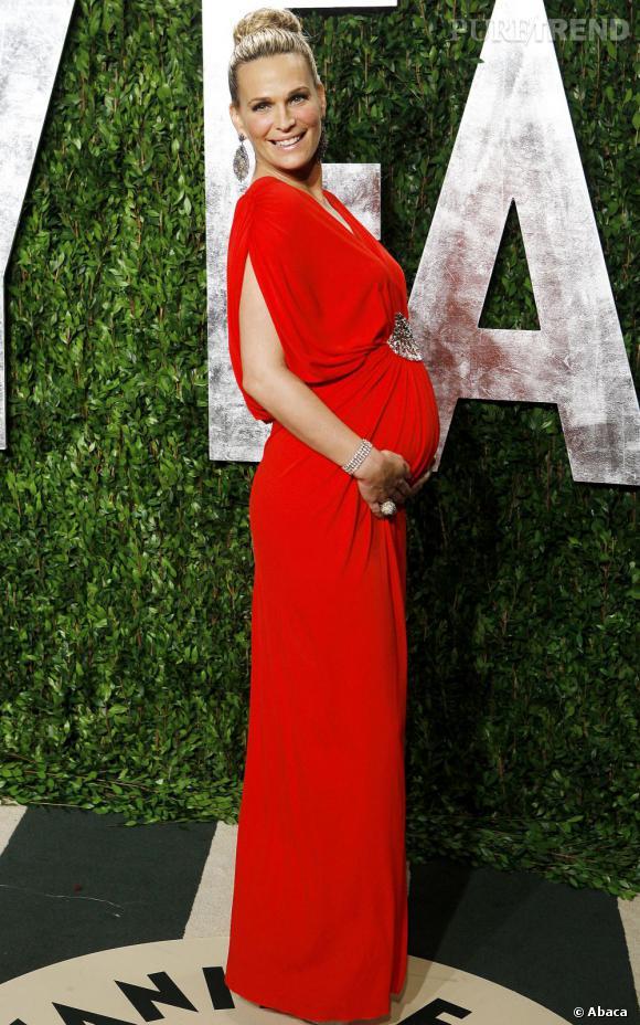 L'accouchement est prévu en juin mais Molly Sims a déjà un ventre très rond ! Pas de problème pour l'assumer, lors de la soirée Vanity Fair, la belle pose en robe rouge flashy.