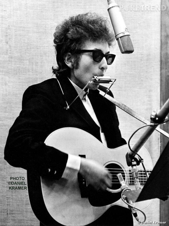 Icône du rock folk, Bob Dylan jongle entre la guitare acoustique et l'harmonica à ses débuts.