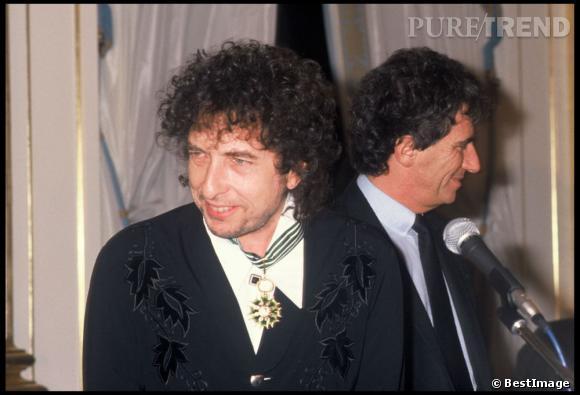 Comme pour symboliser son grand retour, Bob Dylan reçoit la légion d'Honneur en 1990.