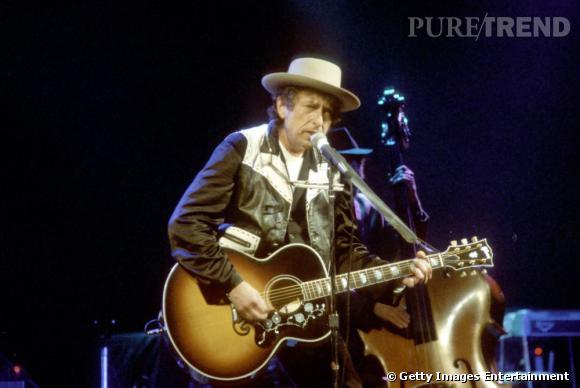 """Héros du rock folk, il mixe blouson de cuir et chapeau lors d'un concert en 1992, époque des albums """"Good as I Been to You"""" et """"World Gone Wrong""""."""