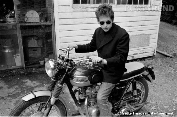 Prémisses du tournant rock de la carrière de l'artiste, la moto et les lunettes pilote. S'il s'offre ainsi une aura nouvelle, il court également vers le premier hiatus de sa carrière avec un accident qui l'éloigne de la scène pour quelques années.