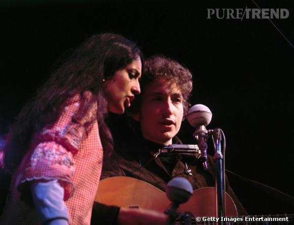 Porte-parole d'une jeunesse en pleine révolte, Bob Dylan fréquente la chanteuse Joan Baez ici au Newport Folk Festival.