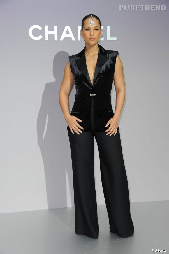 Alicia Keys opte pour un ensemble veston + pantalon très chic issu de la collection Resort 2012 de chez Chanel.