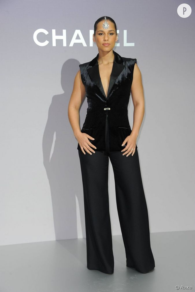 alicia keys opte pour un ensemble veston pantalon tr s chic issu de la collection resort 2012. Black Bedroom Furniture Sets. Home Design Ideas