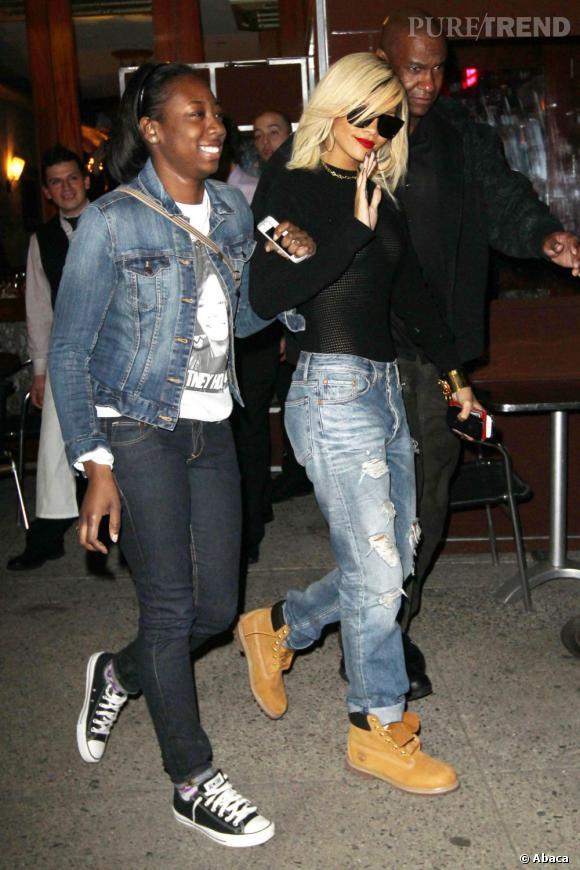 Rihanna tente d'adoucir son top transparent avec des Timberland et un jean de mec. Raté !