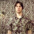 """Ses chemises :   non, Zach Braff en réalité n'aime pas assortir ses chemises à son papier peint (ouf). En revanche, on retrouve ici sa pointe d'humour bien particulière, à travers une scène culte de """"Garden State""""."""