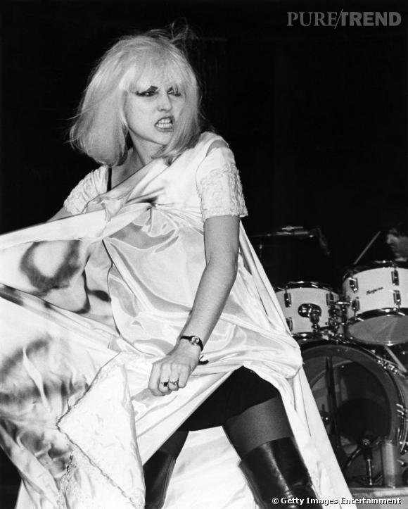 Première femme à évoluer dans le milieu pop-punk, Debbie Harry est devenue une véritable référence musicale autant qu'une icône mode.