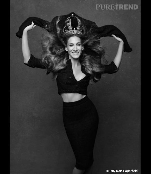 Sous l'objectif de Karl Lagerfeld et sous l'impulsion de Carine Roitfeld au stylisme, Sarah Jessica Parker n'a pas eu peur de porter un modèle taille 4 ans, le top Joan Smalls d'en nouer une autour de la potrine et de la taille, et les hommes à l'image du cinéaste Olivier Assayas ont pris fièrement la pose dans un vêtement de femme. 113 personnalités se sont prêtées au jeu, sans pour autant se faire piquer la vedette par la veste en tweed, véritable star du livre. Une galerie virtuelle vient d'être mise en ligne pour les curieux : thelittleblackjacket.chanel.com La Petite Veste Noire : Un classique de CHANEL revisité par Karl Lagerfeld et Carine Roitfeld, Steidl, Göttingen, 2012, 232 pages. Disponible en librairie à l'automne 2012.