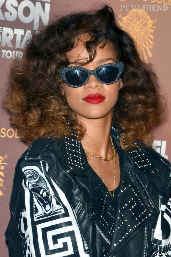 Rihanna réussit à insuffler une touche rock à ses lunettes mouche.