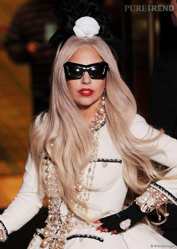 Lady Gaga ne lésine pas question accessoire et opte pour la version mouche croisée alien.
