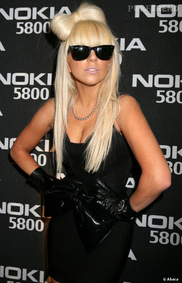Lady Gaga a fait de son noeud dans les cheveux sa marque de fabrique au début de sa carrière.