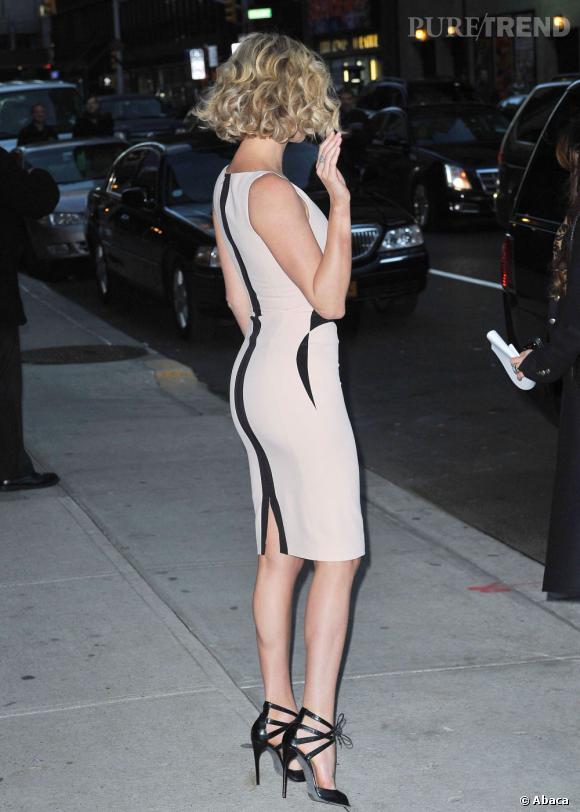 Charlize Theron, toute en courbes.