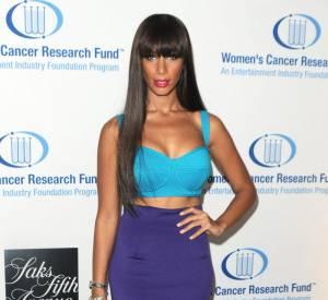 Leona Lewis ose la tenue de Falbala version 2000 avec une jupe fourreau et une brassière bleue à armatures pour lui donner une touche lingerie.