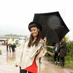 Malgré la pluie et la gadoue, Galstonbury est le terrain de jeu favori des fashionistas qui s'y offrent des petites démonstrations de style comme VV Brown.