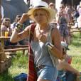 Sienna Miller ne lésine pas sur les accessoires pour avoir l'air d'une parfaite festivalière.