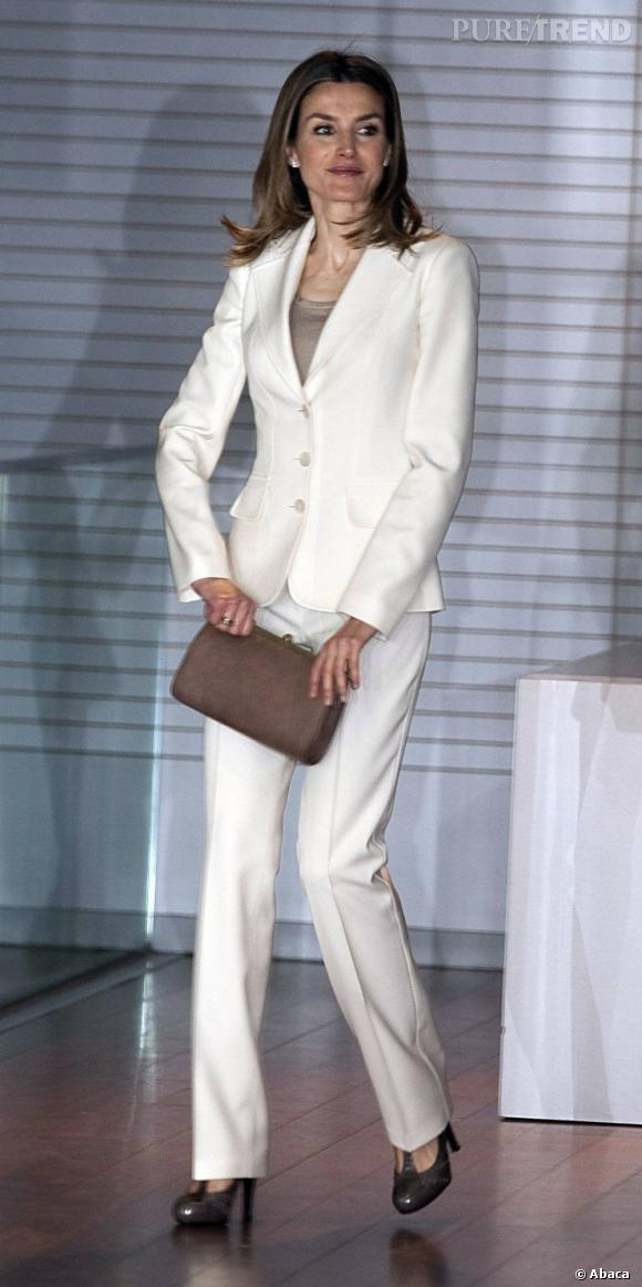 la jeune femme arbore le tailleur blanc comme personne. Black Bedroom Furniture Sets. Home Design Ideas