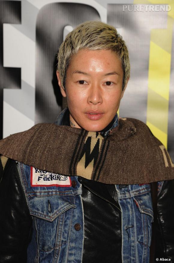 Actrice à tendance lesbienne, Jenny Shimizu aurait été l'une des conquêtes féminines d'Angie dans les années 90 toujours.