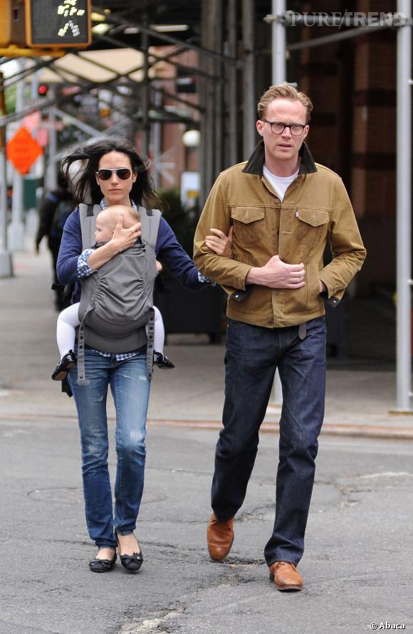 Jennifer Connelly dans les rues de New York accompagnée de sa fille et son mari Paul Bettany.