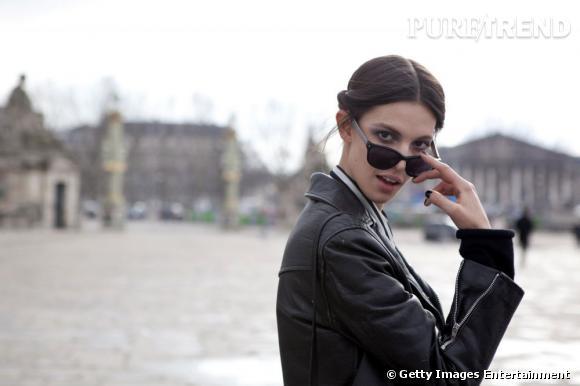 """Lunettes noires, perfecto en cuir et vernis noir : le top Ruby Aldridge revisite le look """"blouson noir"""" version couture."""