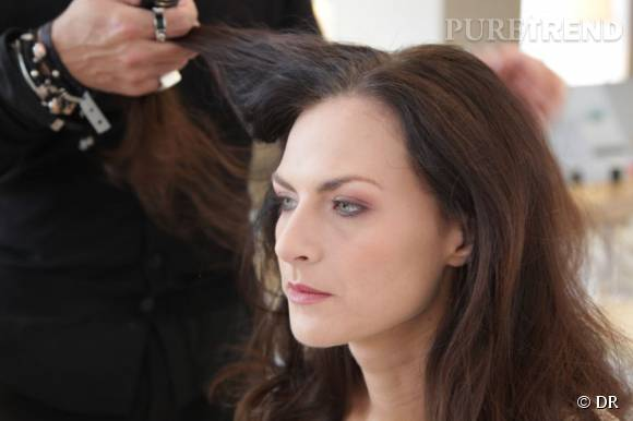 On prépare notre chevelure en y déposant de la cire en spray qui va leur apporter brillance et matière.